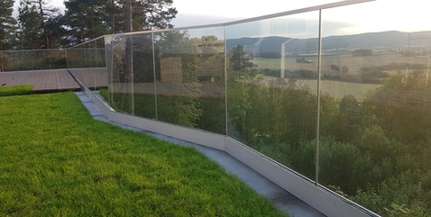 Glassrekkverk montert i baseprofil - Rev