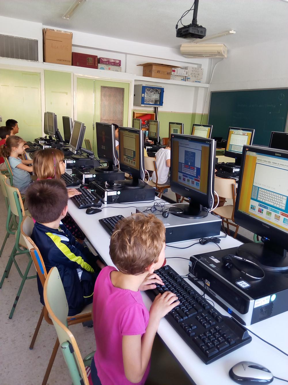 Alumnos de 2º aprendiendo a utilizar el teclado.