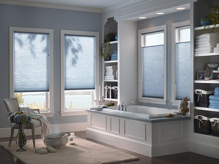 Store haut et bas bleu salle de bain