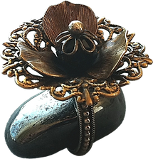 'Flower Ring 11' is created by the artist Beate Nyfløt. The stone is faceted swarovski crystal bead. The decor is oxidized brass filigree. The ring is 525 sterling silver.