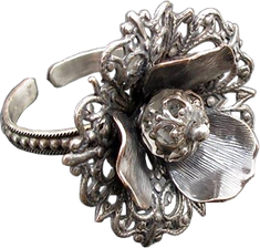 'Flower Ring 3' is created by the artist Beate Nyfløt. The stone is faceted swarovski crystal bead. The decor is silver plated brass filigree. The ring is 525 sterling silver.