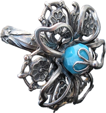 'Flower Ring 10' is created by the artist Beate Nyfløt. The stone is faceted swarovski crystal bead. The decor is silver plated brass filigree. The ring is 525 sterling silver.