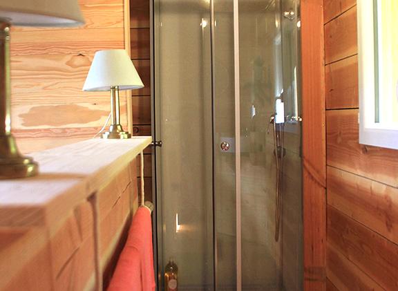 la salle de bain, discrète derrière le lit