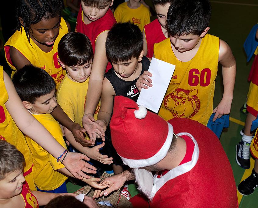 Babbo Natale circondato dai bimbi