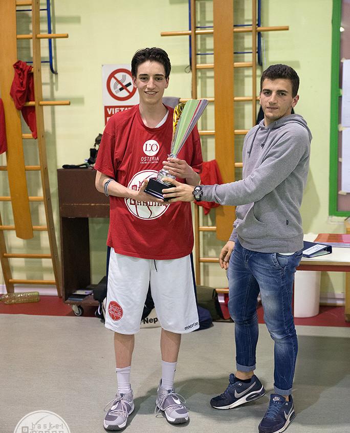 Minguzzi con la coppa per la squadra vincitrice del campionato CSI