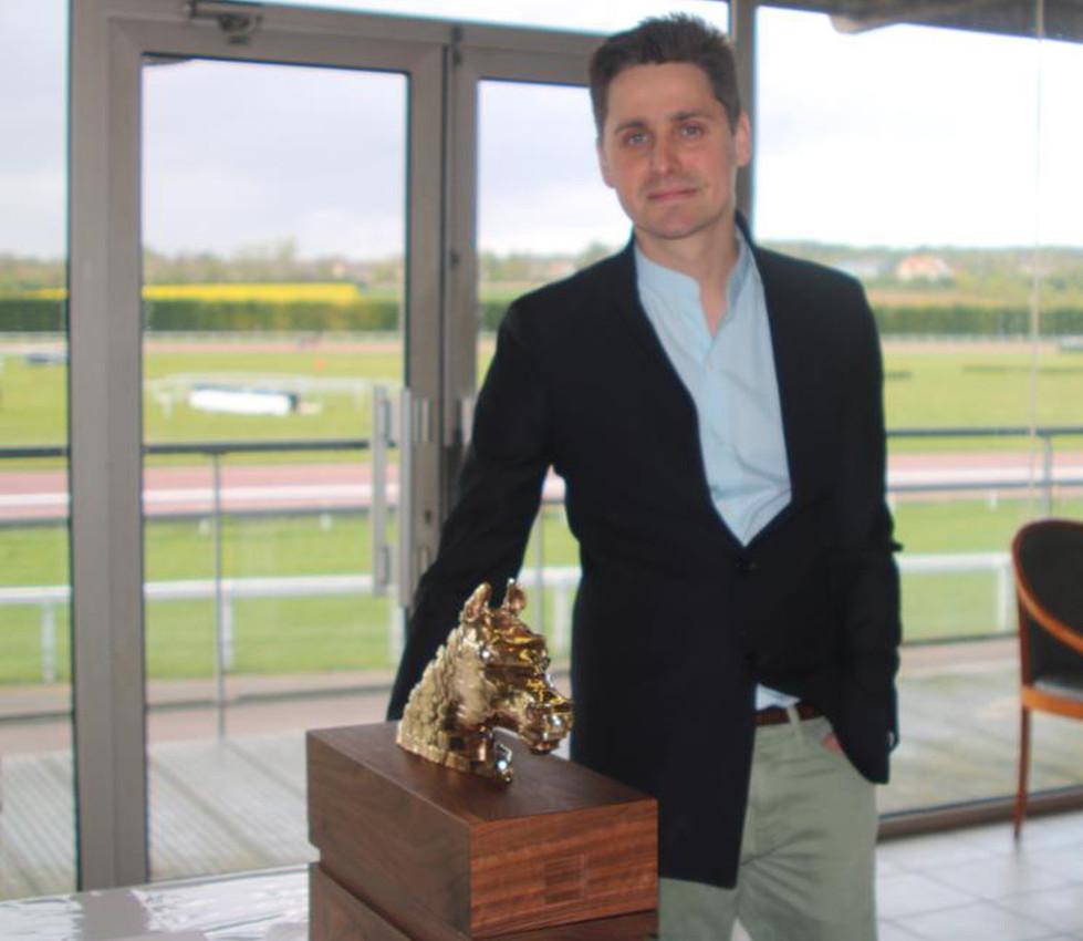 Remise officielle du trophéé en bronze poli