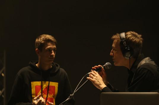 Valentin (Imago team) talking with Ugo (bass synth/backings)  Valentin (équipe d'Imago) s'entretenant avec Ugo (synthé bass/backings)
