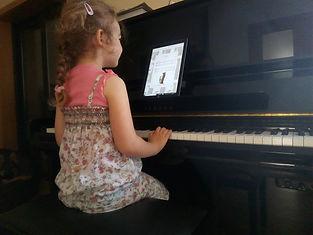 Enfants 4 ans joue du piano avec creativemusiceducation.com