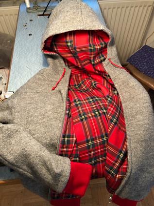 Woll-Hoodie mit Schottenfutter (2).jpg