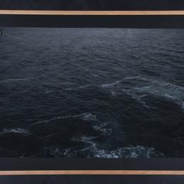Impresión sobre papel arroz fotográfico intervenido con pintura dorada, hilo y dobleces. Sostenida con alfileres y enmarcada en cerezo Foto: Hotel Umbral