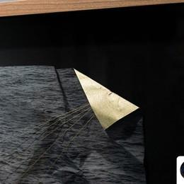 Impresión sobre papel arroz fotográfico intervenido con pintura dorada, hilo y dobleces. Sostenida con alfileres y enmarcada en cerezo Foto: FocoLab