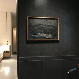 Impresión sobre papel arroz fotográfico intervenido con pintura dorada, hilo y dobleces. Sostenida con alfileres y enmarcada en cerezo