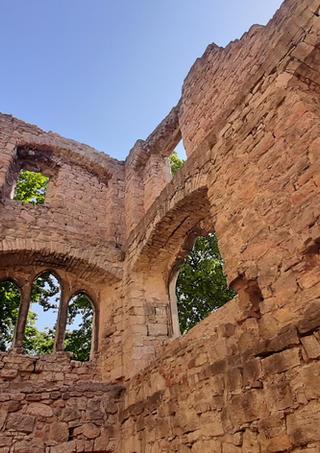 Naturstein - Wir geben alten Mauern neue Stabilität.