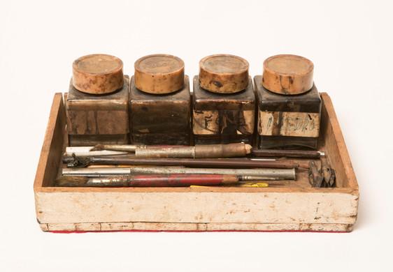 potes com diferentes diluições de extrato de nogueira; pontas de desenho/ gravação
