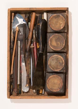 potes com diferentes diluições de extrato de nogueira; pontas de desenho/ gravação; colher; espátula