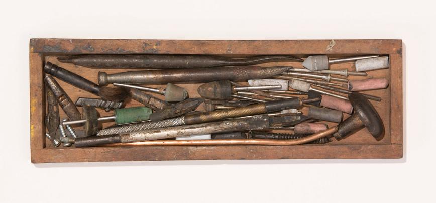 diversas ferramentas e peças para gravação
