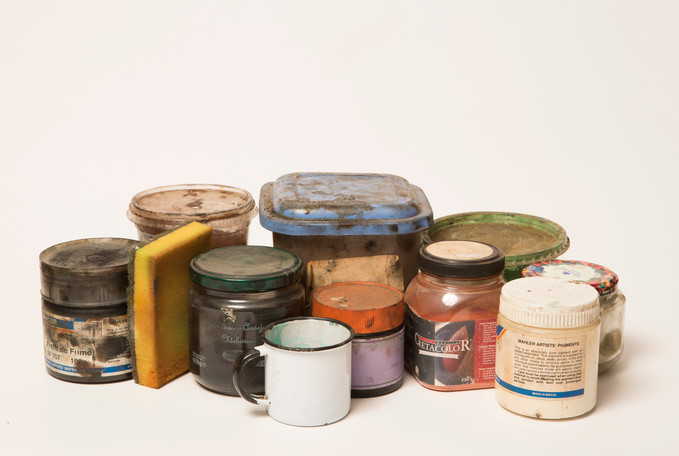 potes com pigmentos em pó; esponja para frotagem