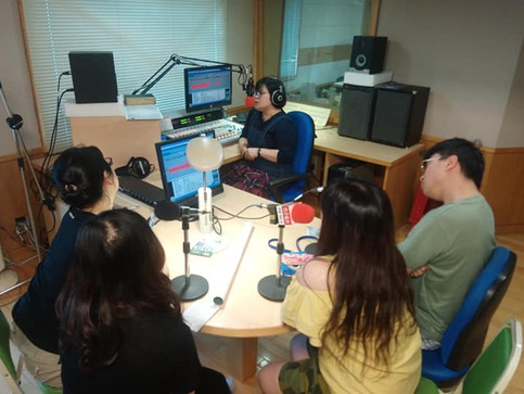 團長(製作人)率2019【藍天下的我們】演員前往佳音電台受訪