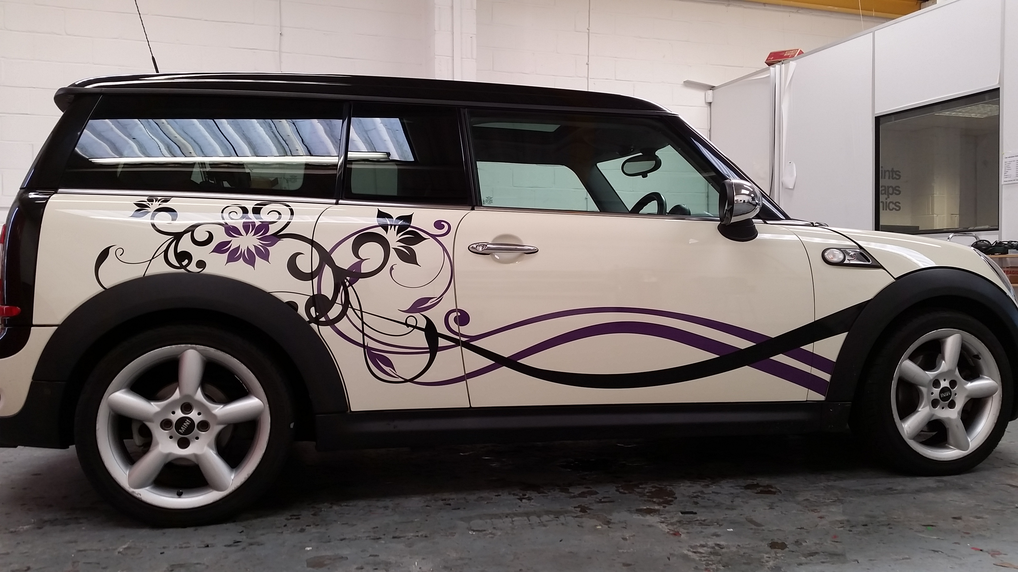 Cream mini with flower decal