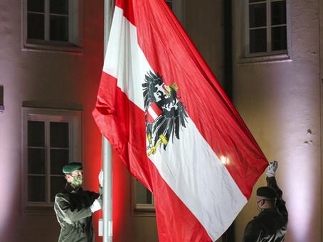 Traditionelle Flaggenparade vor dem Nationalfeiertag