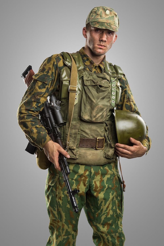 Russischer Soldat mit VSR-93 Tarnausrüstung