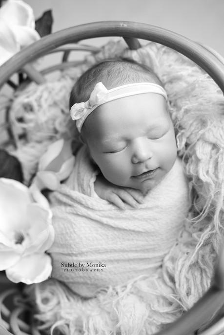 newborn b&w picture