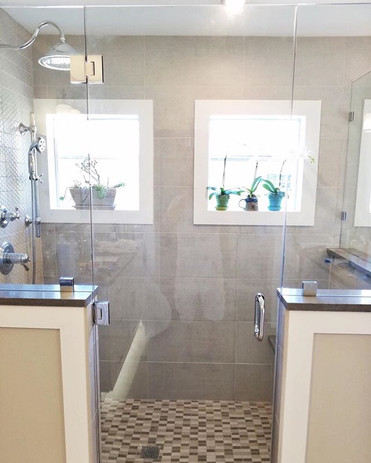 There's plenty of room for your elbows  in this sunlit shower. ._._#kitchenandbathplus #or