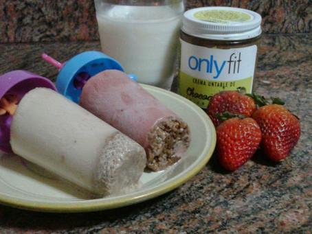 Heladitos de cacao y frutos secos con leche de almendras y fresas