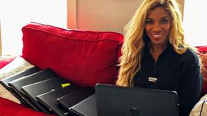 Empresaria en Charlotte dona computadoras para estudiantes