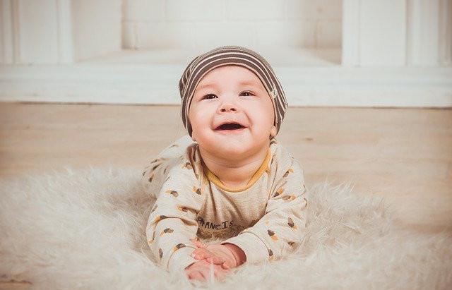 12 idées pour aider bébé à passer du temps sur le ventre