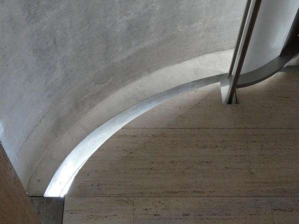 Photograph of the sweeping curve of a rounded skylight at the Kimbell Art Museum