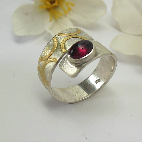 Ring mit Granat, einstellbar,     G 11