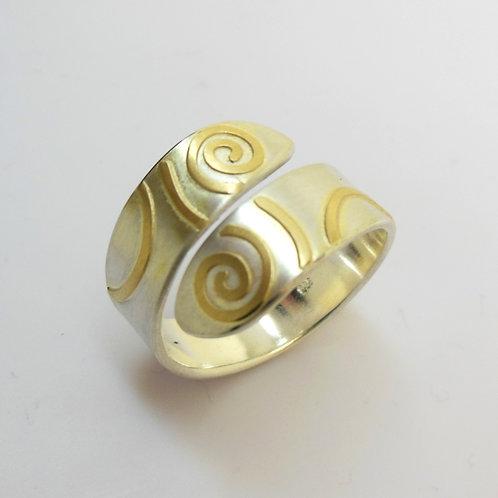 Ring mit Goldverzierung, einstellbar