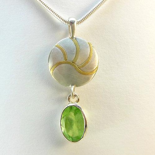 Halskette mit Peridot, Anhänger mit grünem Edelstein