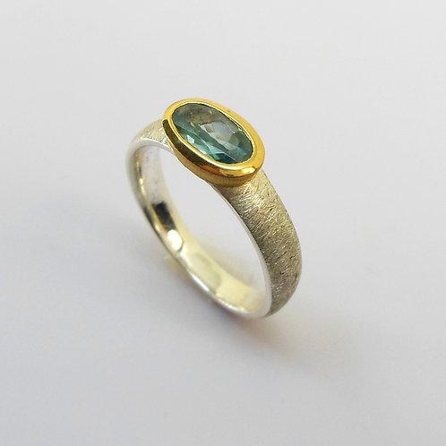 Ring mit Zirkon, Ring mit blauem Edelstein