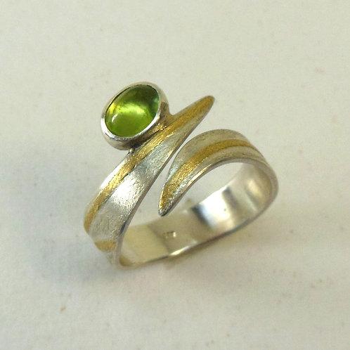 Ring mit Peridot, einstellbar, gewellte Form