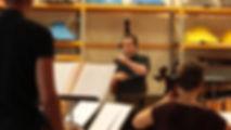 Ethiliel Gautier dirige l'ensemble de musiciens pour l'enregistrement et le ciné-concert d'Ostinato.