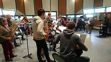 Ethiliel Gautier intervient au sein d'une classe pour échanger sur la musique à l'image.