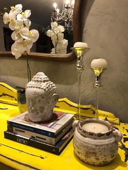Buffet amarelo com objetos de decor