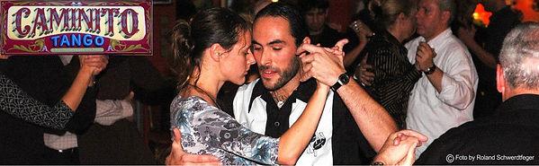 Tänzer die auf einer milonga Tango Argentino tanzen