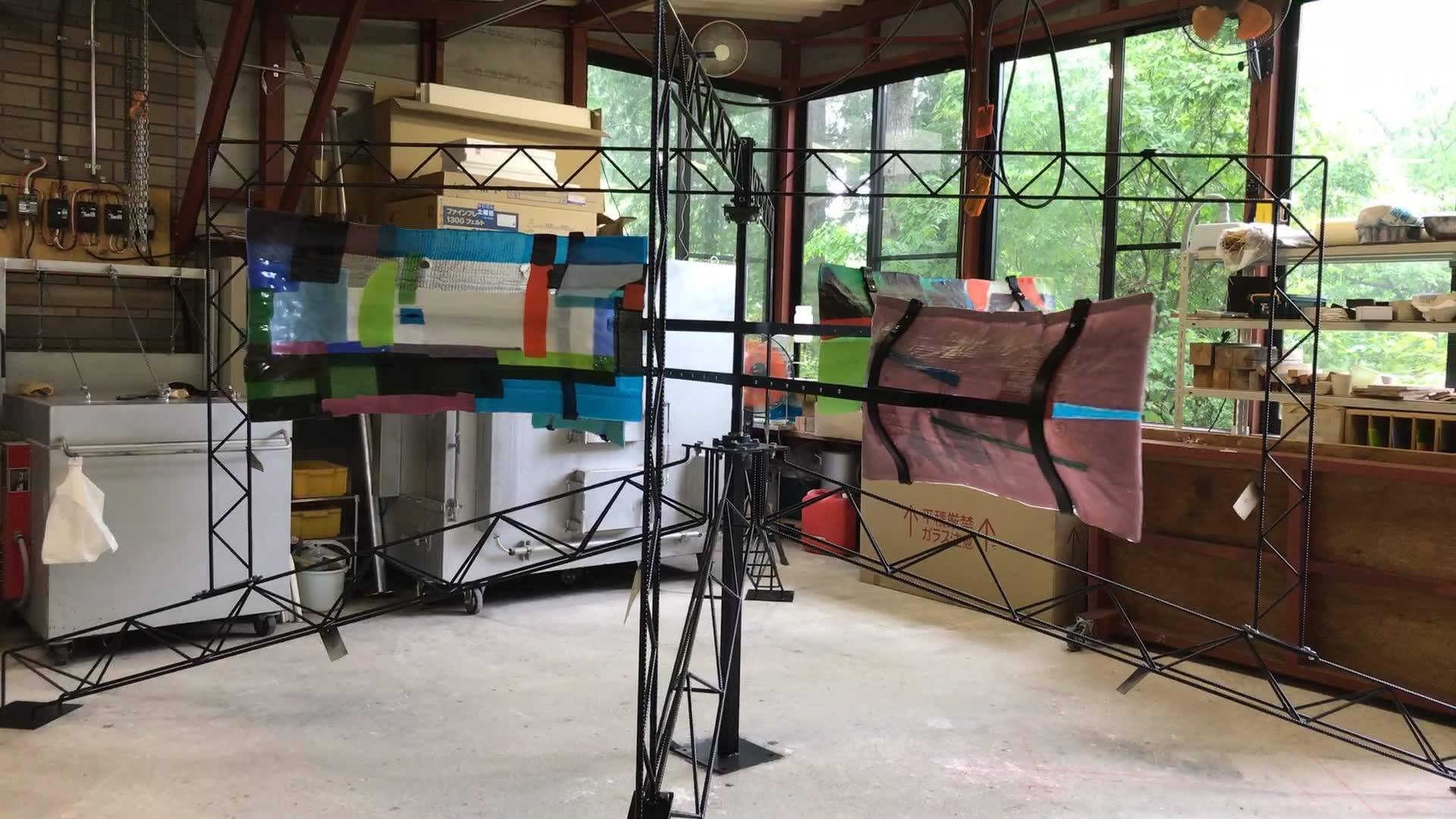 グラススタジオポンテ 上村 活史の作品「風の音」が完成しましたが、屋外の展示場所の設営が間に合いませんでした。工房の中に展示していますので皆様どうぞお越しください。お待ちしています。