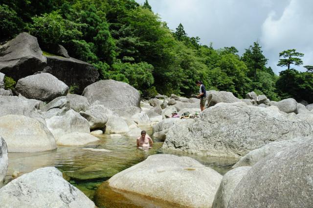 縄文杉ルートの河原で泳ぐ