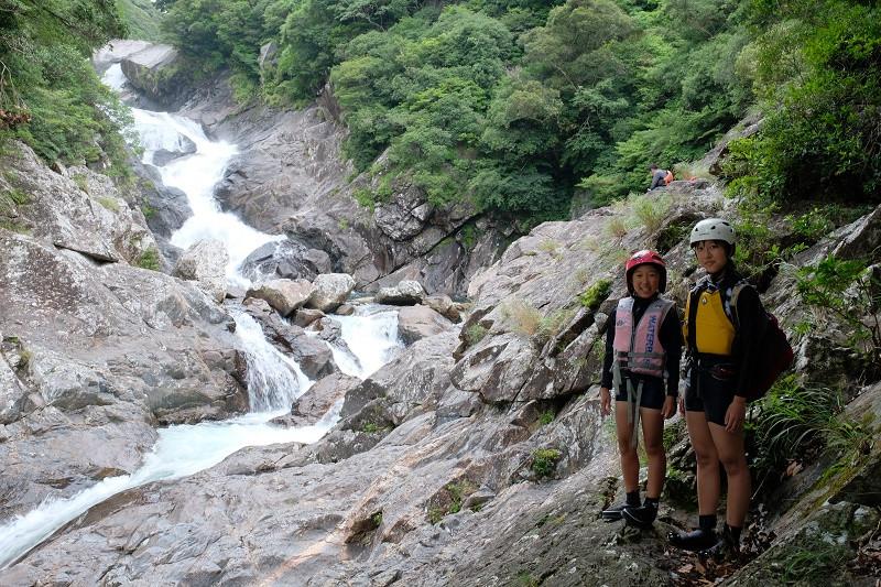 一日コースでは落差30mの滝と出会うこともできます【屋久島沢登り一日ツアー】