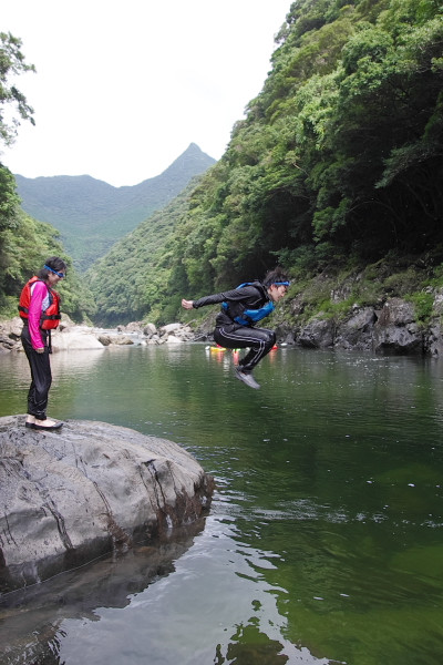 屋久島の川に飛び込む
