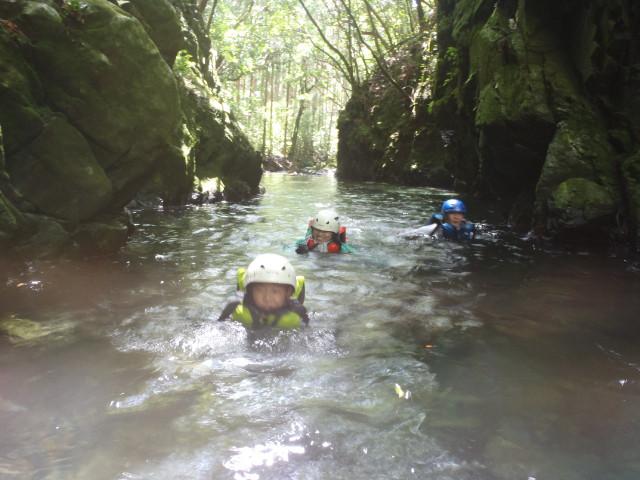 屋久島の川を泳ぐ