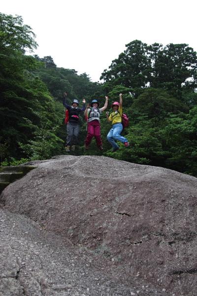 白谷雲水峡憩いの大岩でジャンプ