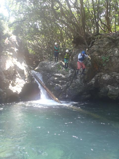 屋久島の川でジャンプ