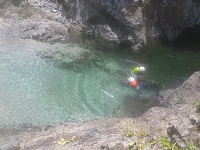 屋久島の川で泳ぐ