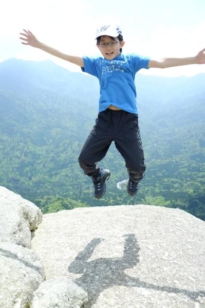 屋久島白谷雲水峡太鼓岩でジャンプ