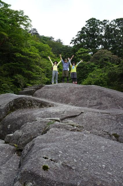 屋久島白谷雲水峡ガイドツアー最後憩いの岩で写真